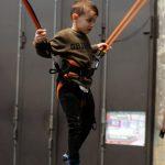 Das Bild zeigt einen Jungen auf dem Trampolin.