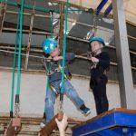Das Bild zeigt zwei Kinder auf einem Kletterparcours.