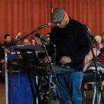 s Bild zeigt den Chorleiter am Keyboard.
