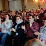 Das Bild zeigt das klatschende Publikum.