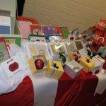 Das Bild zeigt Grußkarten und Weihnachtsbaumkugeln.