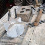 Das Bild zeigt Steinmetzarbeiten und Werkzeuge.
