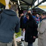 Das Bild zeigt Besucher an einem Verkaufsstand.