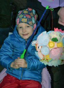 Das Bild zeigt ein Kind mit einer bunten Laterne.