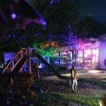 Das Bild zeigt die bunt beleuchtete Kita.