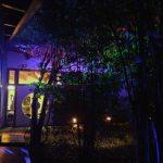 Das Bild zeigt das bunt beleuchtete Außengelände.