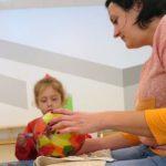 Das Bild zeigt Eltern und Kinder beim Basteln der Laternen.
