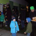 Das Bild zeigt Kinder und Eltern, die sich Essen holen.