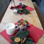 Das Bild zeigt die weihnachtlich geschmückten Tische.