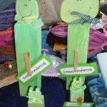 Das Bild zeigt zwei grüne Holzfrösche.