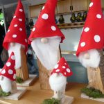 Das Bild zeigt große und kleine Weihnachtswichtel aus Holz.