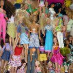 Das Bild zeigt viele Barbie-Puppen.