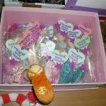 Das Bild zeigt einen rosa Karton mit Badewürfeln.