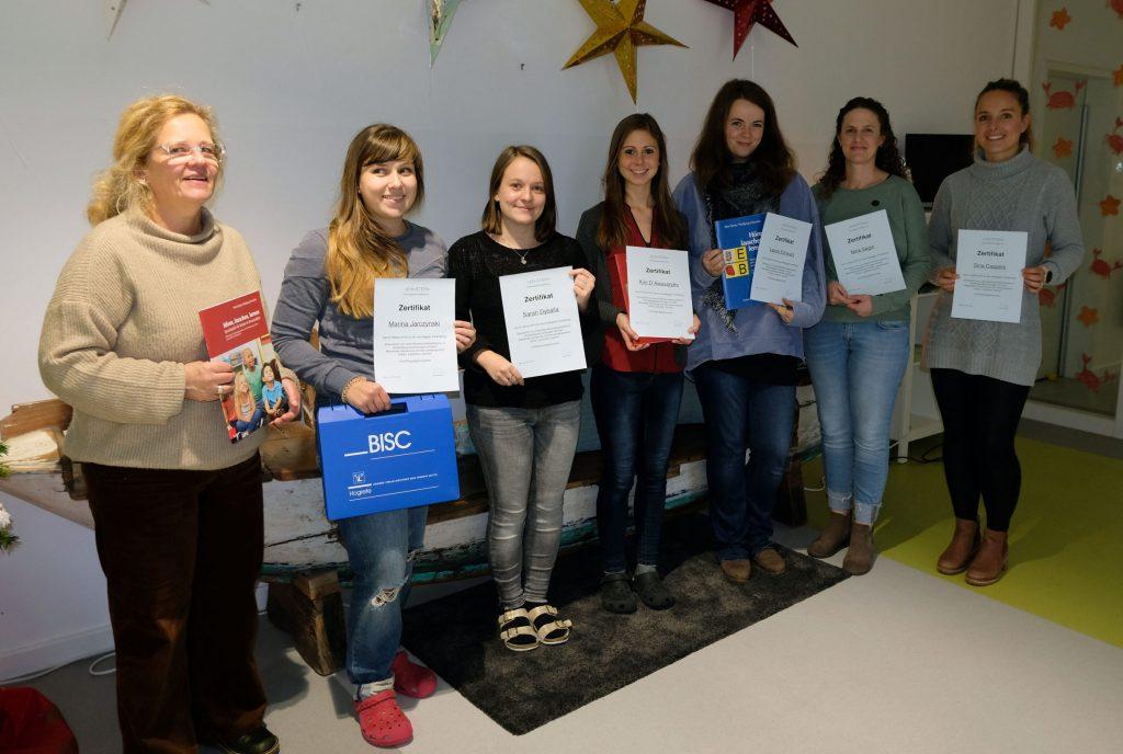 Das Bild zeigt die sechs Teilnehmerinnen des Kurses mit ihren Zertifikaten und die Dozentin.
