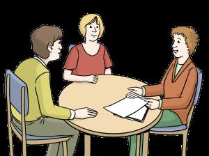 Sie sehen drei Menschen an einem Tisch sitzen, einer spricht.